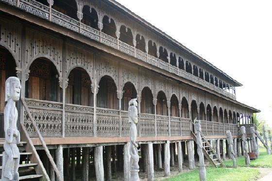 dayak benuaq long house