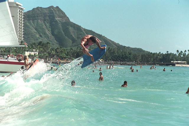 Surfing at Waikiki Beach | © Alan Light/flickr